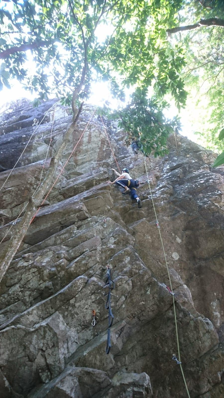 escalando roca en acid rock panama